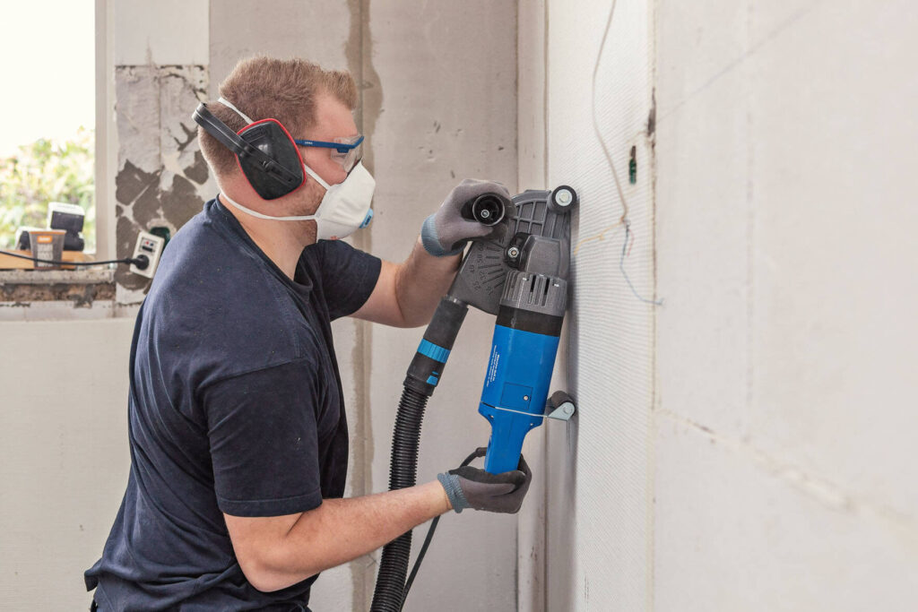 Casper Schuster Knudsen i færd med at klargøre en væg til at lave el-installationer